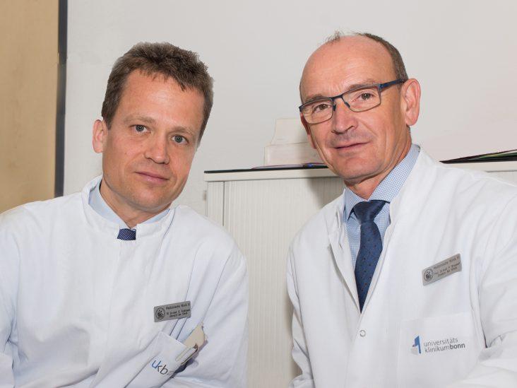 Privatdozent Dr. Georg Feldmann (links) und Prof. Dr. Peter Brossart (rechts) freuen sich über die Forschungsförderung durch die Europäische Union.